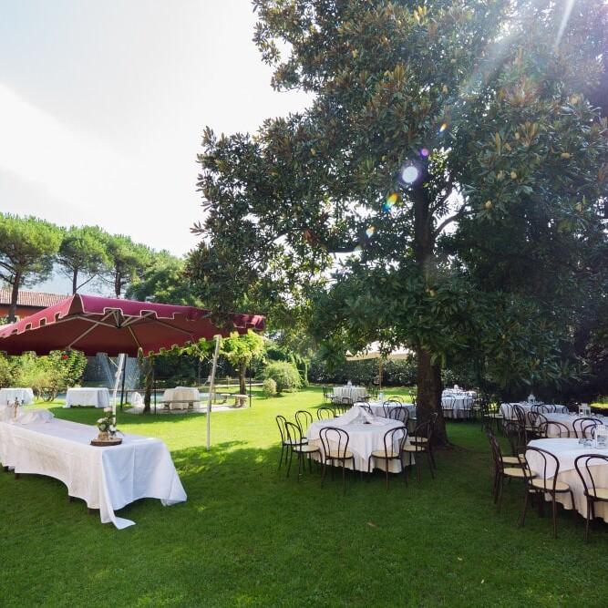 Buffet e apertivi all'aperto nel nostro giardino estivo. Villa Damiani, Bassano del Grappa