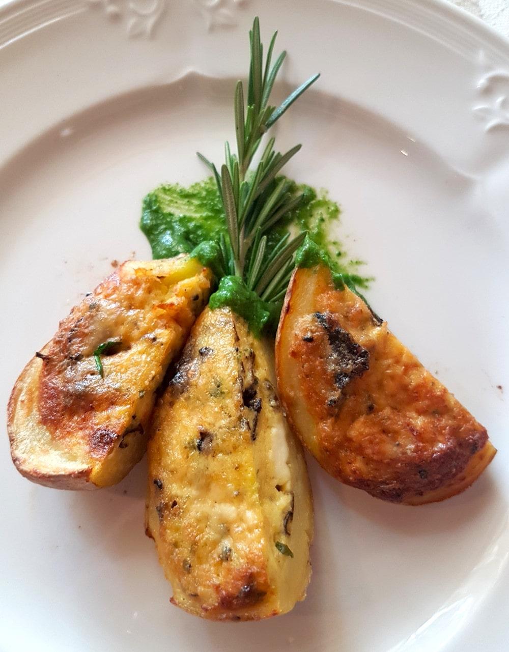 Mezzaluna di patate di Rotzo , tartufo nero e burrata fumee. Contorni e secondi, ristorazione Trevisani