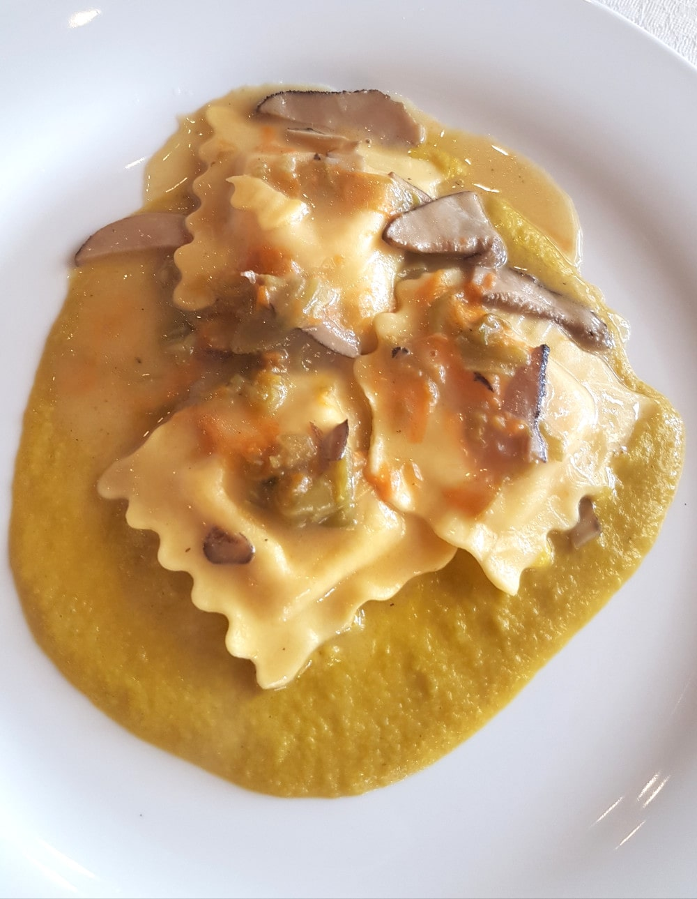 Ravioli di astice con crema di fiori di zucchina e barboni. Primi piatti, cucina veneta a Bassano del Grappa