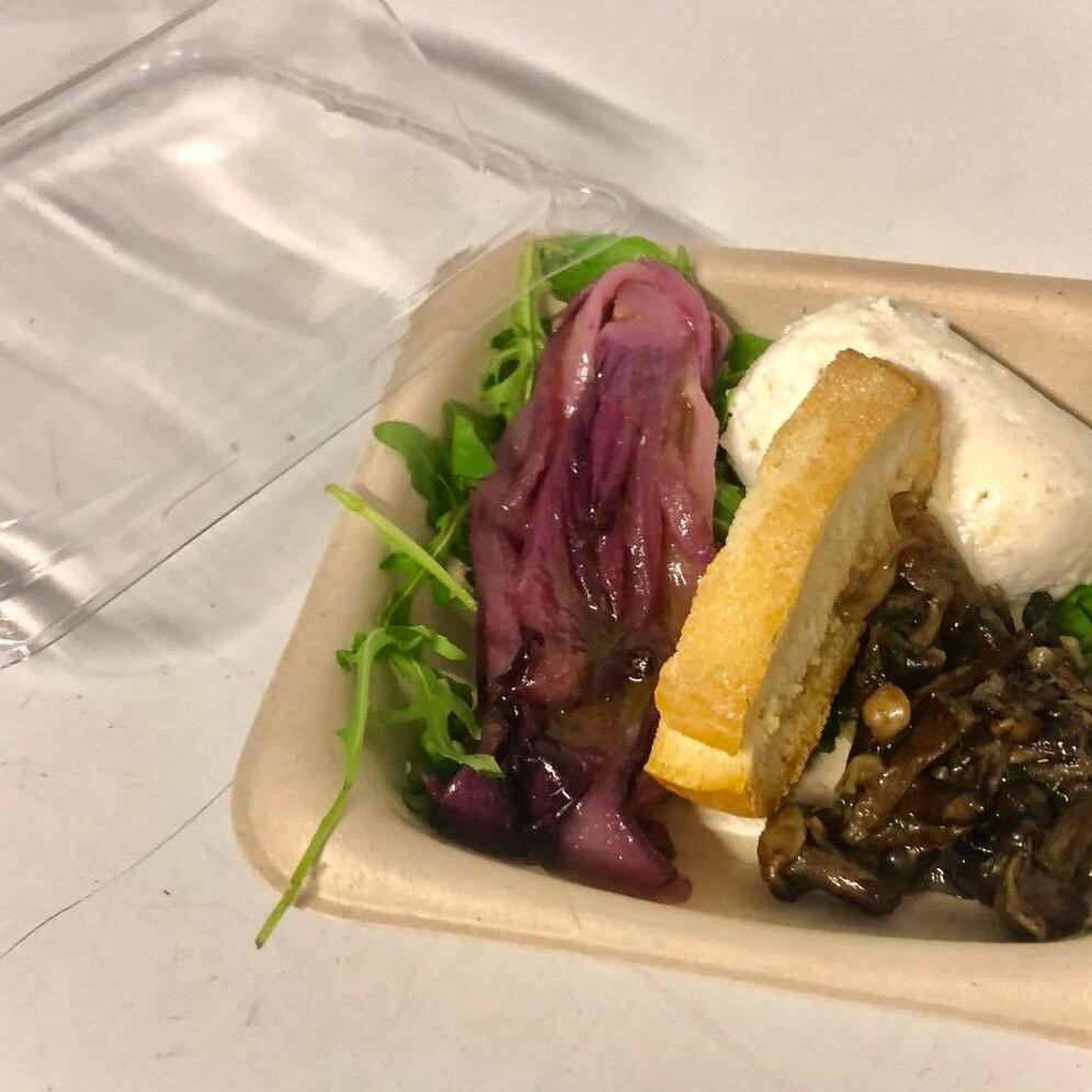 Un leggero antipasto da asporto con radicchio marinato, funghi e mozzarella. Trevisani, ristorazione